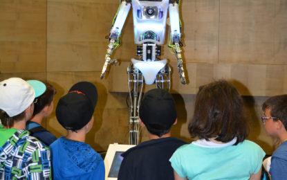 Robot Engi bude rozdávat dětem vysvědčení
