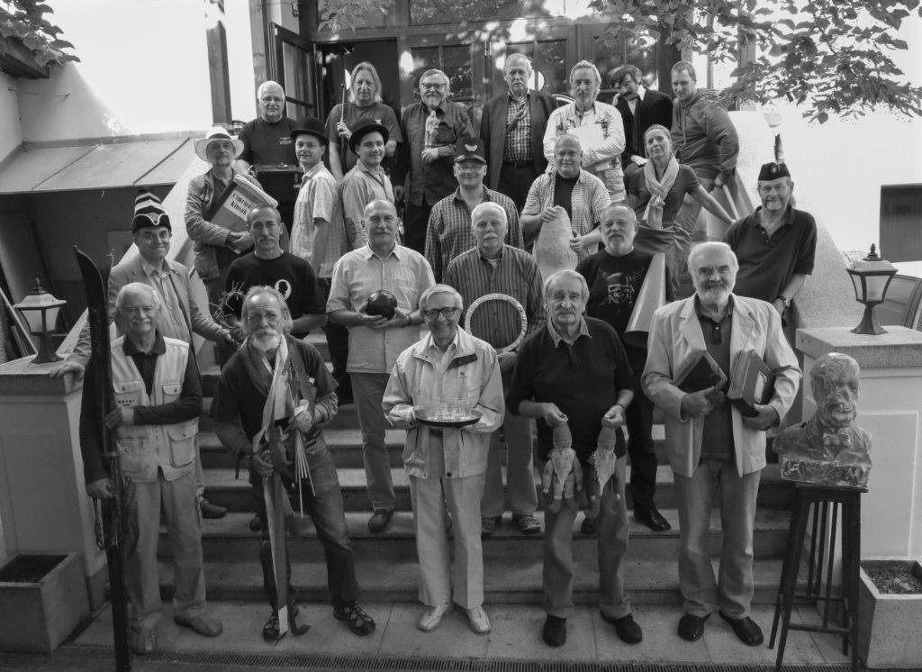 České nebe z 15 června 2014, skupinová fotografie všech členů divadla před večerním představením hry v Žižkovském divadle JC
