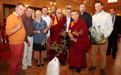 Dalajlama zapustil kořeny v Botanické zahradě, jeho jablůňka bude plodit toleranci i otevřenost srdcí