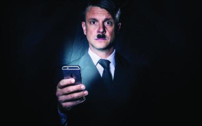 Už je tady zas!: Divadelní novinka o tom, co by se stalo, kdyby se Hitler probudil v současnosti?