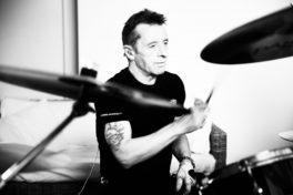 Bývalý bubeník z AC/DC Phill Rudd bude hrát v ostravském Barráku!